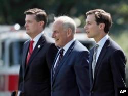 De izquierda a derecha: El exsecretario de personal de la Casa Blanca, Rob Porter, el exjefe de despacho de la Casa Blanca, John Kelly, y el asesor principal de la Casa Blanca, Jared Kushner, caminan hasta el helicóptero presidencial Marine One en el jardín sur de la Casa Blanca en Washington, el 4 de agosto de 2017.