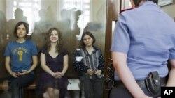 Надежда Толоконникова, Мария Алехина и Екатерина Самуцевич в зале суда
