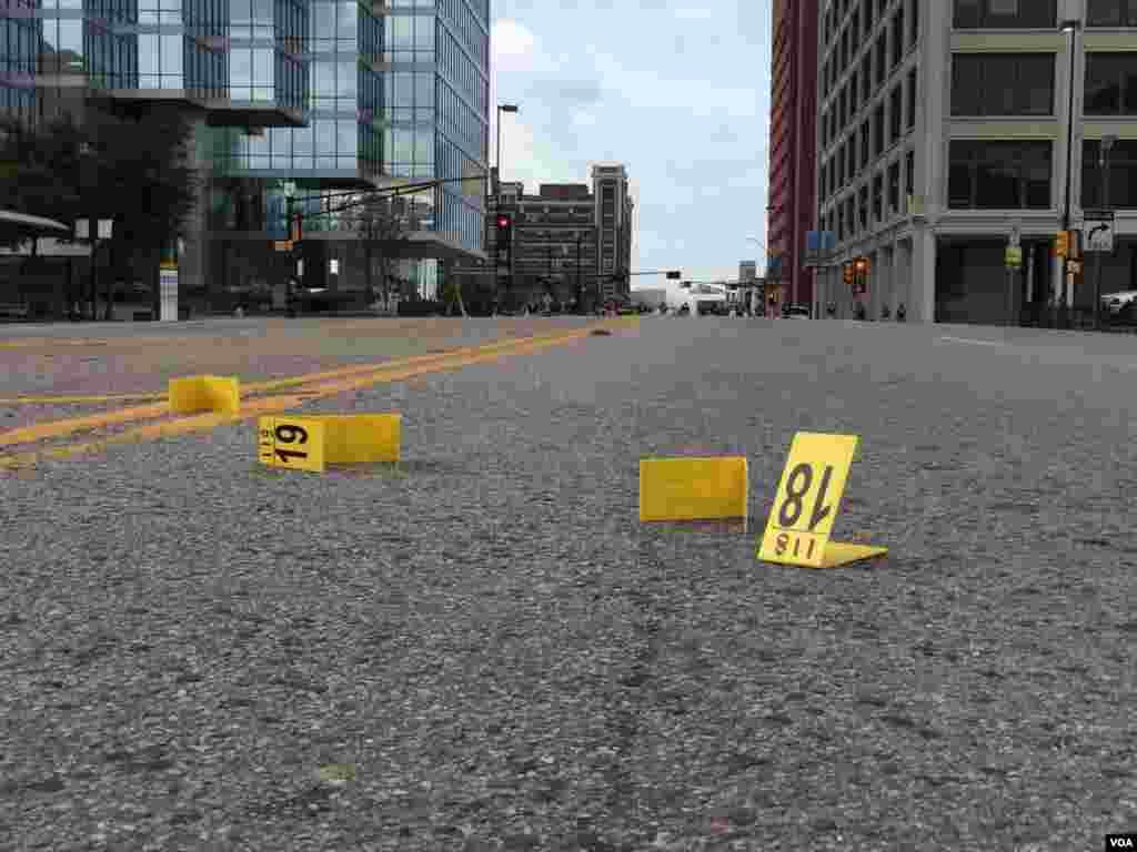 Cada número representa una prueba para el FBI en la calle en donde cinco policías fueron asesinados. El día más mortífero para la policía de Estados Unidos desde el 11 de septiembre de 2001.