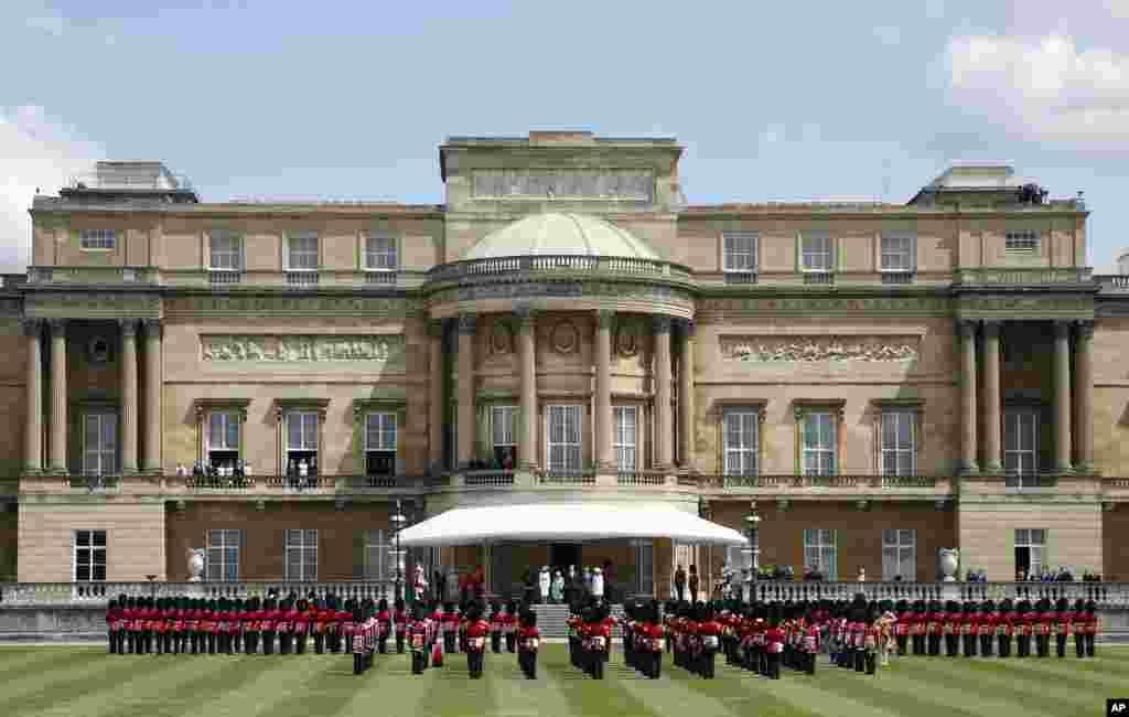 Королева Великобритании Елизавета Вторая, президент США Дональд Трамп и первая леди Мелания Трамп, принц Чарльз и Камилла, герцогиня Корнуольская, на приветственной церемонии в саду Букингемского дворца. 3 июня 2019.