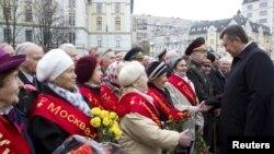 Tổng thống Ukraina Viktor Yanukovich chào đón các cựu chiến binh trong một buổi lễ để đánh dấu ngày giải phóng khỏi Đức Quốc xã trong Thế chiến thứ Hai và cũng là ngày bầu cử quốc hội ở Kiev, 28/10/2012