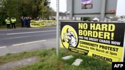 Demonstranti protiv Bregzita i mogućeg uvođenja tvrde granice između Severne Irkse i Republike Irske okupljaju se između Derija (Londonderi) u Severnoj Irskoj i okruga Donega u Republici Irskoj, 18. aprila 2019.