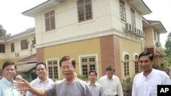 13일 석방된 킨 뉸 전 버마 총리 (가운데)