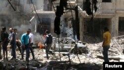 人们正在检查被空袭后的叙利亚北部城市阿勒颇(2016年4月28日)
