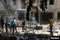ພົນລະເມືອງ ກວດສອບເບິ່ງຄວາມເສຍຫາຍ ຢູ່ທີ່ສະຖານທີ່ຖືກໂຈມຕີ ໂດຍທາງອາກາດ ໃນເຂດ Bustan al-Qasr ເປັນທີ່ໝັ້ນຂອງກຸ່ມຕໍ່ຕ້ານລັດຖະບານຊີເຣຍ ຂອງເມືອງ Aleppo, ຊີເຣຍ, ວັນທີ 28 ເມສາ 2016.