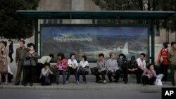 3일 북한 평양 시내에서 출근길 주민들이 무궤도 전차를 기다리고 있다. (자료사진)