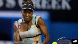 Venus Williams harus berjuang keras sebelum mengalahkan petenis remaja Kanada, Eugenie Bouchard dengan 6-3, 6-7, 6-3 (foto: dok).