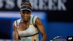 Venus Williams menang mudah dengan straight set atas unggulan pertama, Victoria Azarenka dengan skor 6-2, 6-4 hari Selasa 24/9 (foto: dok).