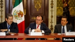 FILE - Mexican Finance Minister Luis Videgaray (C), Mexico's Economy Minister Ildefonso Guajardo (R) and Deputy Governor of the Bank of Mexico Roberto del Cueto attend a news conference in Mexico City, Mexico, June 24, 2016.