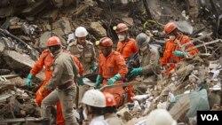 Las autoridades informaron que los edificios que se derrumbaron y donde ahora trabajan los rescatistas eran comerciales y no residenciales.