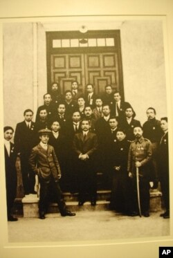 影像展展出孫中山(前排中)就任中華民國臨時大總統歷史性一刻