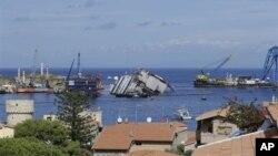 Kapal Costa Concordia terdampar dengan posisi miring di Pulau Tuscan, dekat Giglio, Italia (16/9).