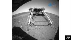 Snimak kineskog rovera na Marsu koji je objavila kineska Nacionalna svemirska administracija (CNSA via AP)