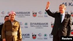 عکس آرشیوی از رجب طیب اردوغان (راست) و مسعود بارزانی در مراسمی در دیاربکر – آبان ۱۳۹۲