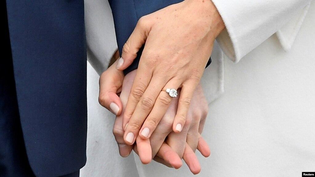 Chiếc nhẫn đính hôn được diễn viên Meghan Markle đeo khi buổi chụp ảnh ở Điện Kensington, London, ngày 27/11/2017.