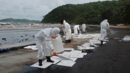 An oil spill has reached a popular tourist island despite efforts to clean it up.