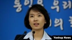 """한국의 박수진 통일부 부대변인이 5일 서울청사에서 """"이산가족 상봉 정례화를 포함한 이산가족 문제의 근본적 해결 방안을 협의할 남북 적십자 실무접촉을 12일 갖자고 북한에 제의키로 했다""""고 발표했다."""