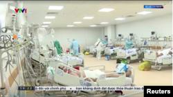 Một khu điều trị người nhiễm COVID-19 ở Tp. Hồ Chí Minh, 18/7/2021. Photo VTV1 via Reuters