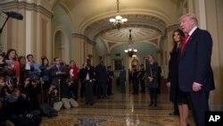 2016年11月10日,美国候任总统川普和夫人在国会会见参议院多数党领袖麦康奈尔后,对记者发表谈话