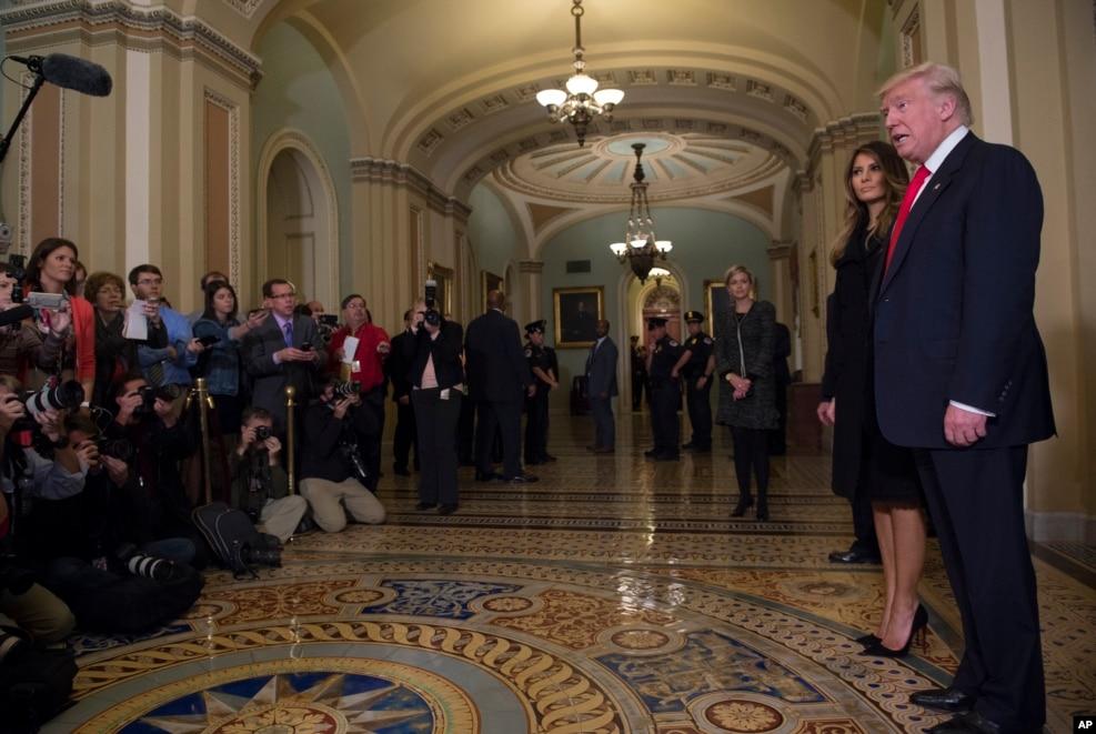 2016年11月10日,美國候任總統川普和夫人在國會會見參議院多數黨領袖麥康奈爾後,對記者發表談話