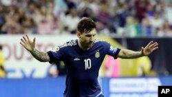 Lionel Messi de l'Argentine (10) célèbre un but lors d'un match de football en demi-finale de la Copa America Centenario contre les Etats-Unis, l21 Juin, 2016, à Houston.