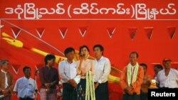 Aung San Suu Kyi se dirige a la multitud durante un mitin en Yangon