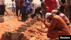 Warga Benghazi berdoa di pemakaman para korban yang tewas dalam insiden Sabtu (9/6) yang menewaskan 31 orang.