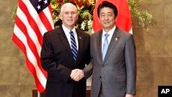 Le vice-président américain Mike Pence serre la main au Premier ministre japonais Shinzo Abe à Tokyo, le 7 février 2018.