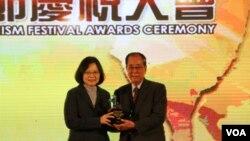 蔡英文总统给台湾老爷大酒店集团董事长林清波颁奖(美国之音杨明拍摄)