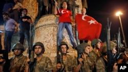 Militer Turki mengamankan lokasi tempat pendukung Presiden Turki Recep Tayyip Erdogan berunjuk rasa di lapangan Taksim, Istanbul (16/7). (AP/Emrah Gurel)