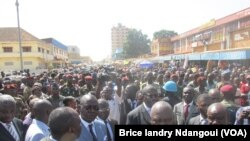 Le Premier ministre centrafricain entouré de ses ministres devant le marché central de Bangui.