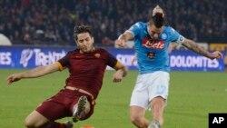 Marek Hamšík de Naples, à droite, tente un tir que Kostas Manolas Roma essaie d'arrêter lors d'un match de football de la Série A entre Naples et Rome, au stade San Paolo à Naples, Italie, 13 décembre 2015