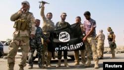 Lực lượng an ninh Iraq và lực lượng dân quân Shiite kéo một lá cờ của các chiến binh Nhà nước Hồi giáo ở bang Amerli xuống, ngày 01 tháng 9 năm 2014.