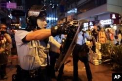 25일 홍콩 췬완에서 경찰이 시위대를 향해 총을 겨누고 있다.