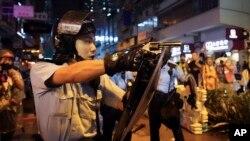 Askari akielekeza silaha ya moto kwa wanandamanaji Hong Kong, Jumapili, Agosti 25, 2019.