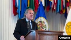 El secretario general de la OEA, Luis Almagro, que el miércoles habló con el opositor Leopoldo López, quien guarda arresto domiciliario, exhortó al retorno a la democracia en Venezuela.