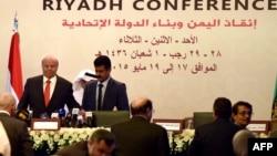 2015年5月17日也门总统哈迪(左)出席利雅得拯救也门和建立联邦国家会议