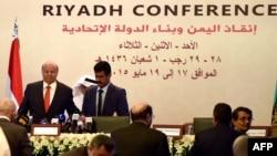 """Presiden Yaman Abd Rabbuh Mansur Hadi (kiri) menghadiri """"Konferensi Riyadh untuk Menyelamatkan Yaman dan Membangun Negara Federal"""" di Riyadh, Arab Saudi (17/5). (AFP/Fayez Nureldine)"""