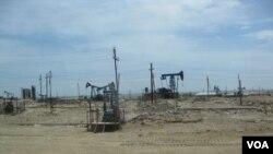 资料照: 阿塞拜疆首都巴库郊外里海岸边的采油设施。 (美国之音白桦拍摄)