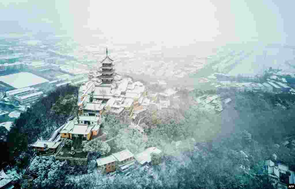 Foto udara Pegunungan Langshan saat turun salju di kota Nantong, Jiangsu, China.
