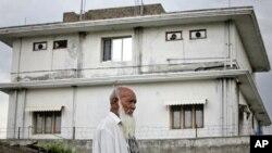 Seorang pria berjalan di dekat bekas kediaman Osama bin Laden, sebelum ia ditewaskan oleh pasukan komando AS di Abbottabad, Pakistan tahun 2011 (foto: dok).