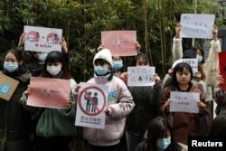 周晓璇的支持者在北京海淀区一家法院前声援周晓璇。(2020年12月2日)