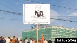 去年5月普京就職總統前夕莫斯科反政府集會中一名示威者手持宣傳畫。一邊是原油價格,另一邊疑問普京的穩定還能持續多久。 (美國之音白樺拍攝)