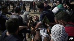Un blessé transporté sur civière lors des manifestations palestiniennes dans le nord de Gaza, le 6 avril 2018.