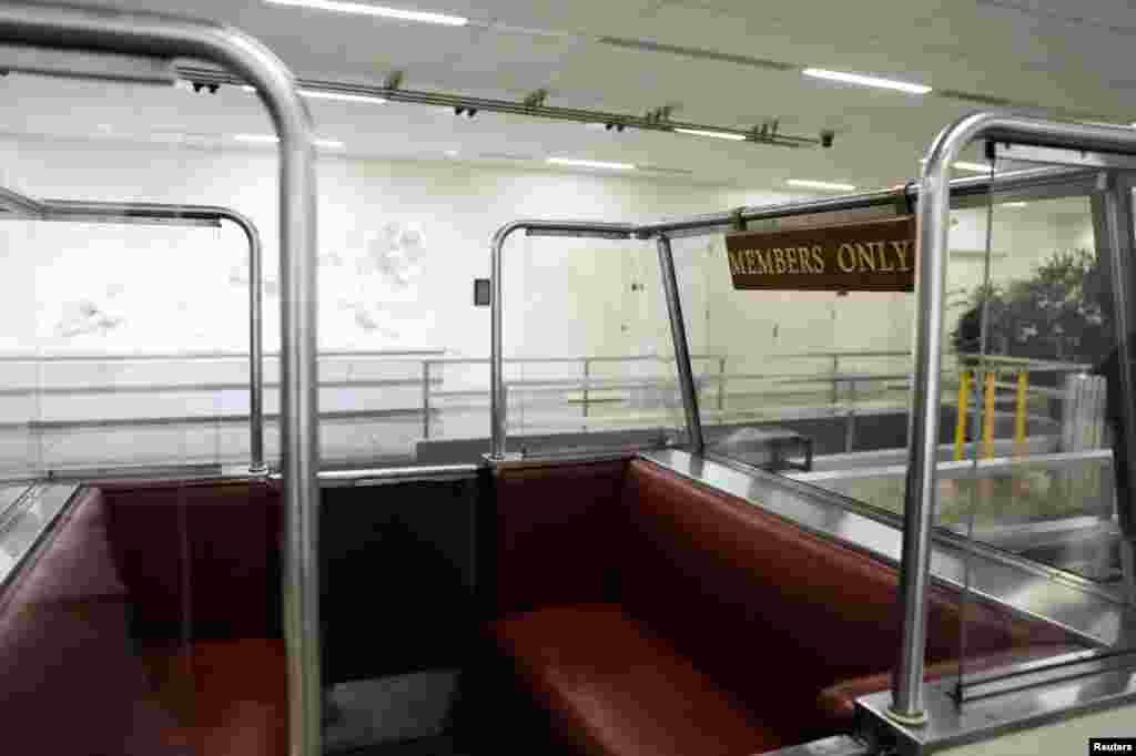 """Un asiento vacío con un letrero que dice """"solo para miembros"""", en el metro del edificio de oficinas Rayburn House y el Capitolio, en Washington, EE. UU."""