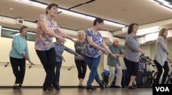 미국 캘리포니아주 올버니시의 커뮤니티 센터에서 노인들을 위한 탭댄스 강의가 진행되고 있다.