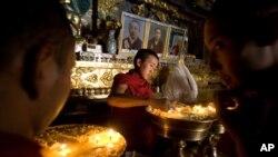 西藏日喀則市扎什倫布寺的僧侶2009年7月29日在點亮油燈。