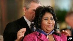 Tổng thống George W. Bush đeo Huân chương Tự do của Tổng thống cho Aretha Franklin tại Nhà Trắng, ngày 9 tháng 11, 2005, ở Washington.
