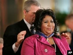 President Bush awards singer Aretha Franklin the Presidential Medal of Freedom Award in the East Room of the White House, Wednesday, Nov. 9, 2005, in Washington.