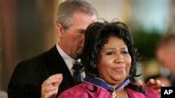 Chantèz Aretha Franklin te resevwa Meday Prezidansyèl pou Libète a (The Presidential Medal of Freedom Award) nan men Prezidan George W. Bush nan Sal Es Mezon Blanch la, nan Washington, D.C. nan dat mèkredi 9 novanm 2005.